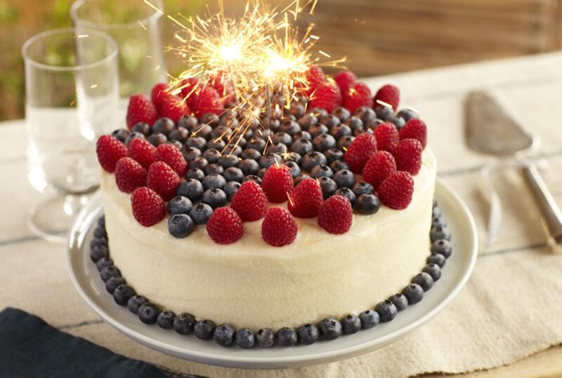Украшение торта голубикой и малиной