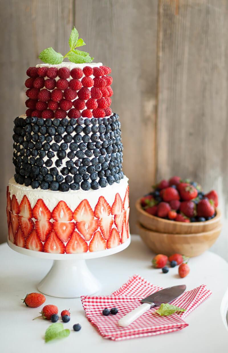 Трехярусный торт, украшенный ягодами