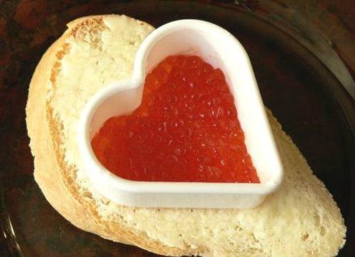 Как выложить икру на хлеб в форме сердечка
