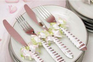 Украшение свадебных столовых приборов