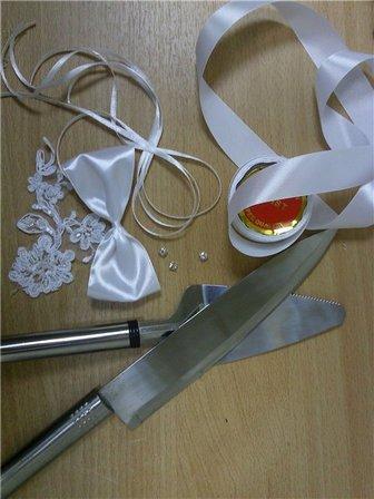 Как украсить столовые приборы для свадебного торта