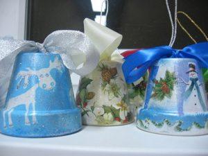 Рождественские колокольчики из цветочных горшочков