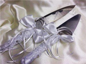 Как украсить приборы для свадебного торта?