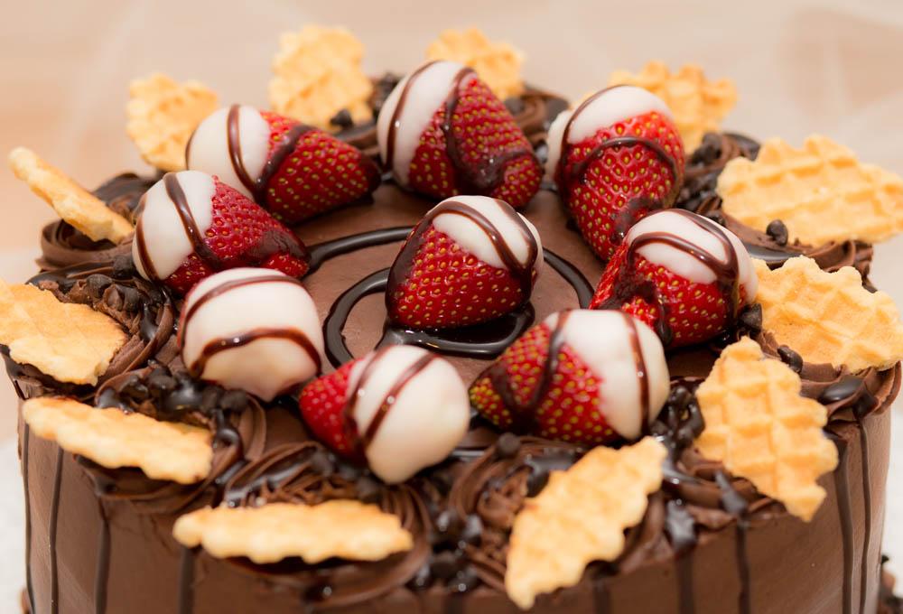 Как украсить торт клубникой?