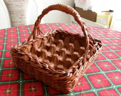 Корзинка для пасхальных яиц из картонного лотка и газетных трубочек