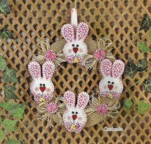 Венок из мешковины с пасхальными кроликами