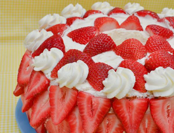 Украшение торта клубникой