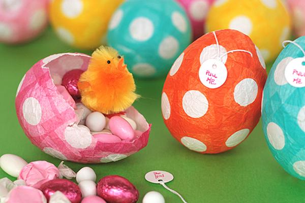 Яйцо из бумаги с конфетами