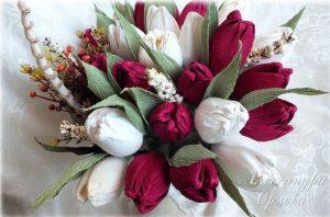 Букет из конфет в корзинке: верба и тюльпаны