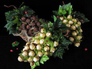 Виноградная гроздь из конфет на 8 марта