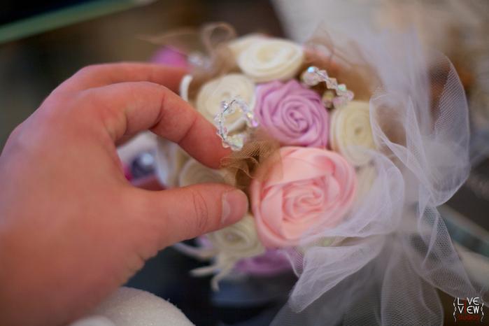 Свадебный букет из атласных роз