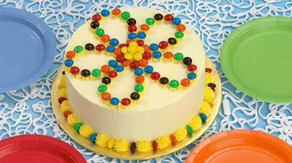 Простое украшение торта на 8 марта