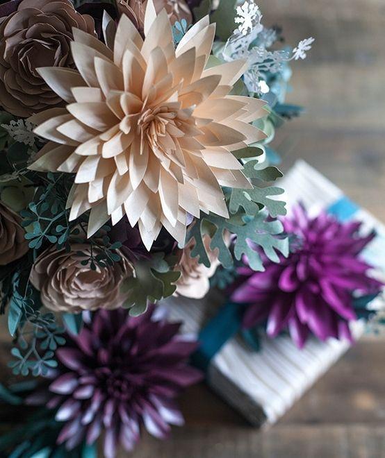 Как украсить упаковку подарка цветами