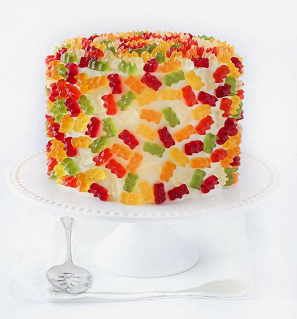 Украшение торта желейными мишками