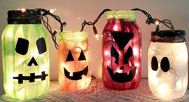 Подсвечники для Хэллоуина, обклеенные цветным скотчем