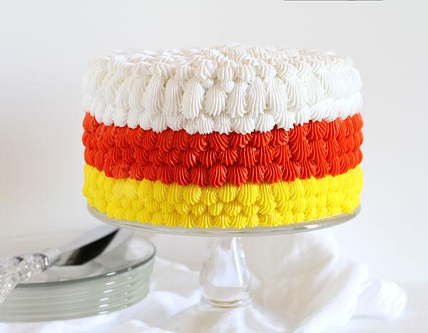 Украшение торта кремом с помощью кондитерского мешка