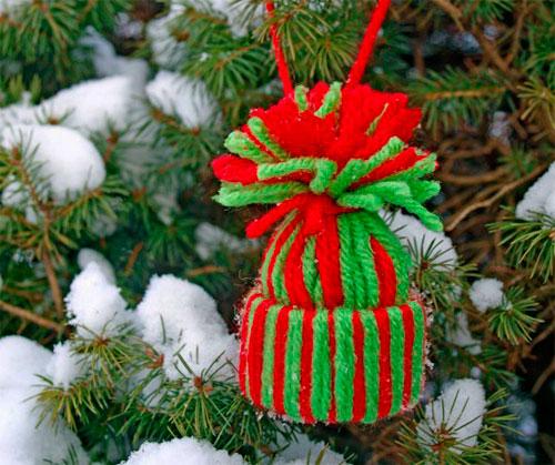 Игрушка на елку: шапочка из ниток