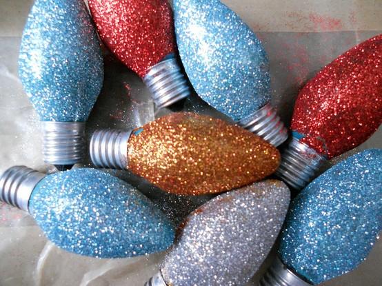 Ёлочные игрушки из лампочек и блесток