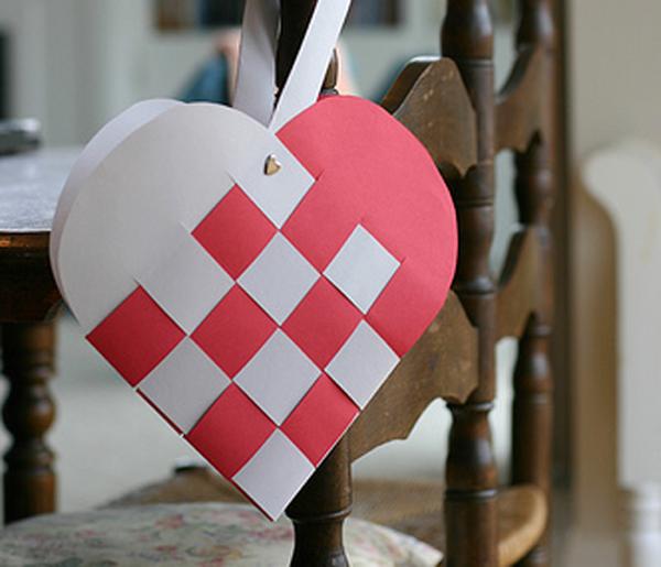 Плетеное сердечко из бумаги