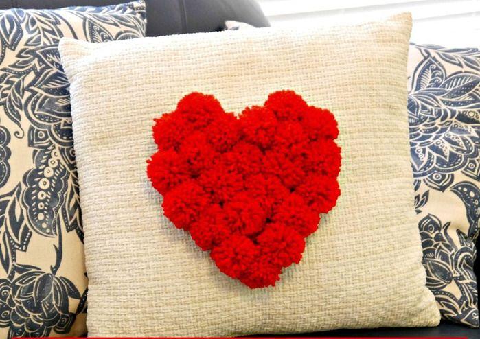Подушка с сердцем из помпонов