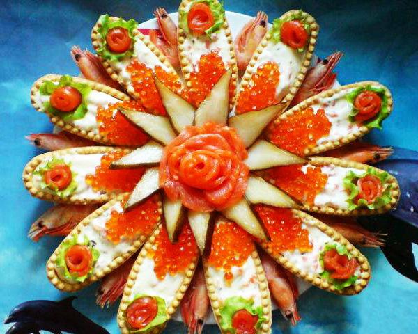 Корзинки с салатом и красной икрой
