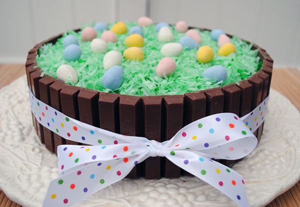 Пасхальный торт, украшенный шоколадом