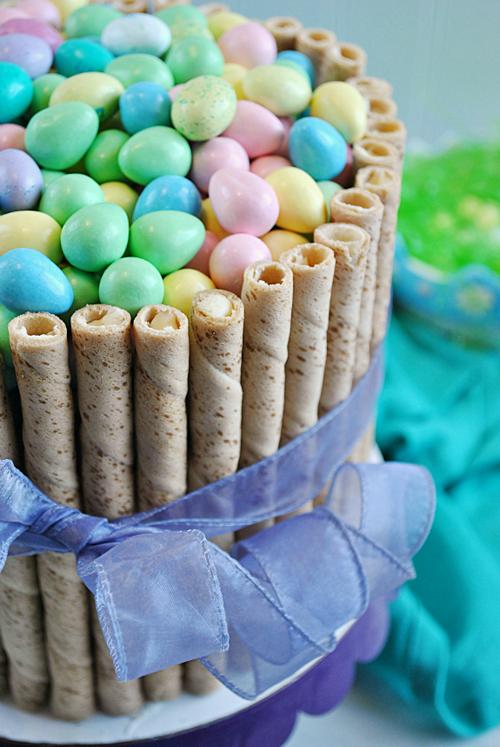 Пасхальный торт, украшенный сладкими трубочками