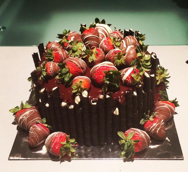 Украшение торта клубникой в шоколадной глазури