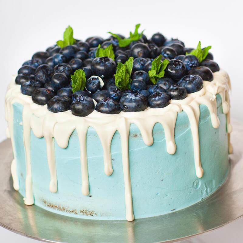 Украшение торта голубикой и мятой