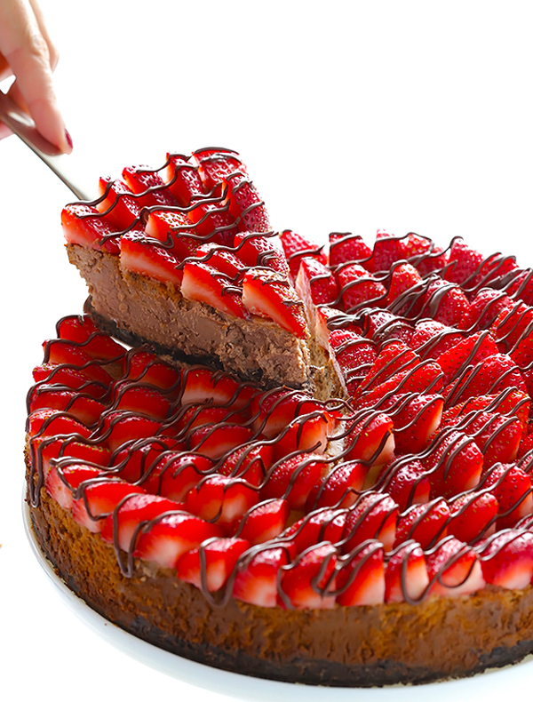 Как быстро украсить торт клубникой