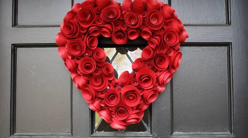 Декоративный венок из бумажных роз