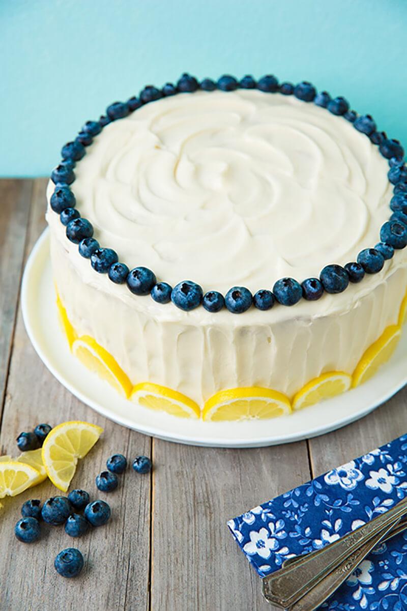 Украшение торта дольками лимона и голубикой