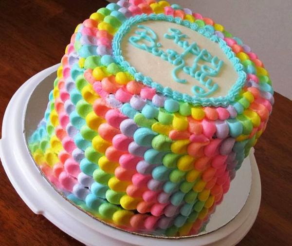 Простое украшение яркого торта