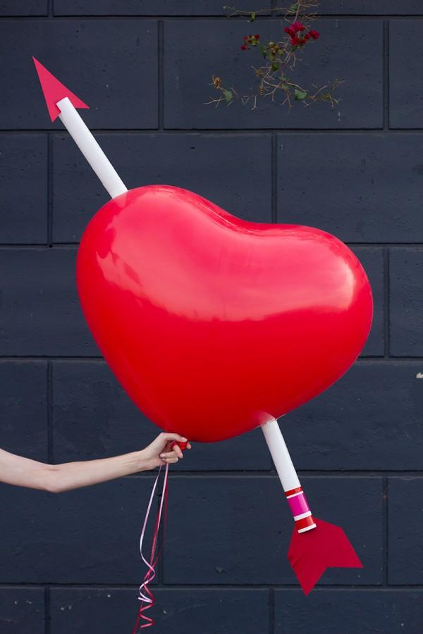 Шарик в виде сердца, пробитое стрелой амура