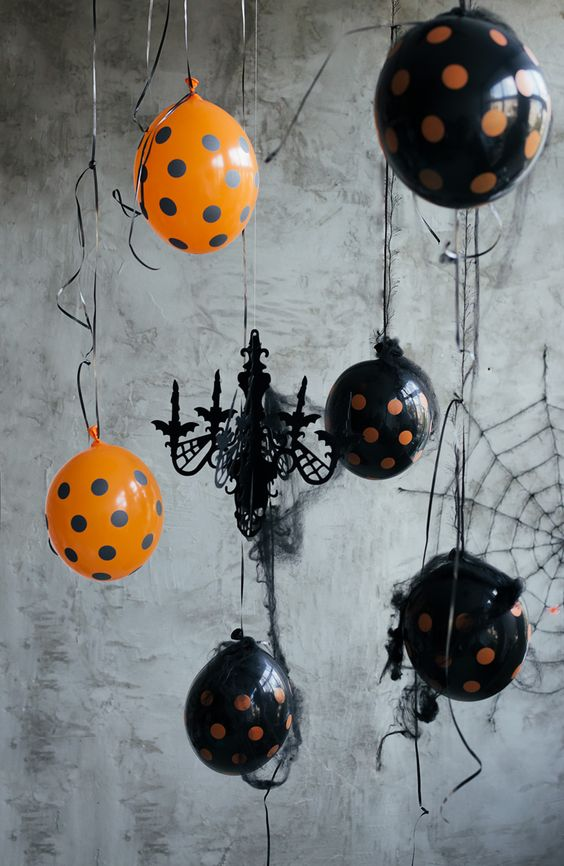 Украшение потолка на Хэллоуин шарами