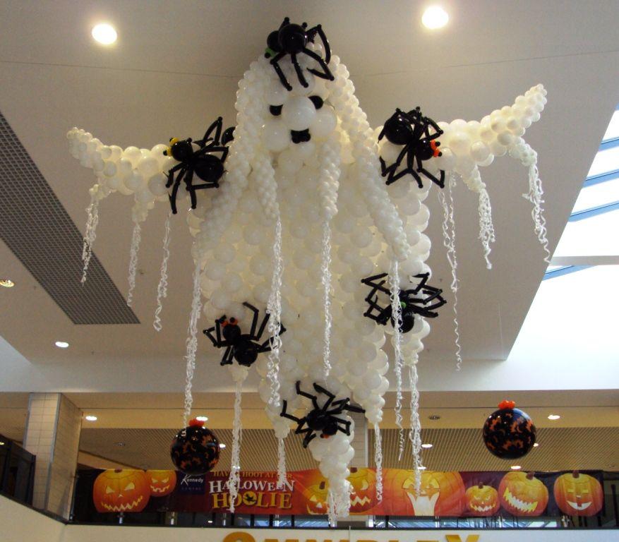 Привидение с пауками из воздушных шаров