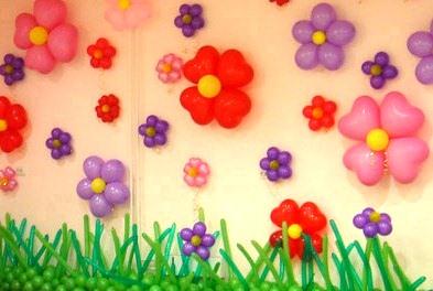 Цветы из шариков на стене