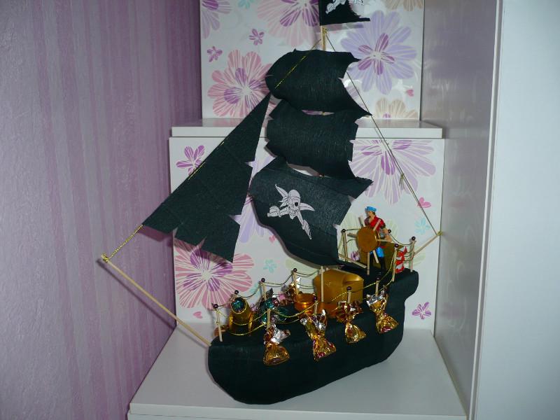 Пиратский корабль с конфетами