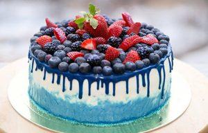 Как украсить торт голубикой