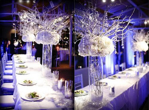Украшение стола высокими вазами и белыми цветами