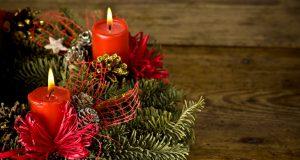 Новогодняя композиция со свечой и еловыми ветками