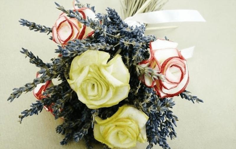 Букет из яблочных роз и лаванды