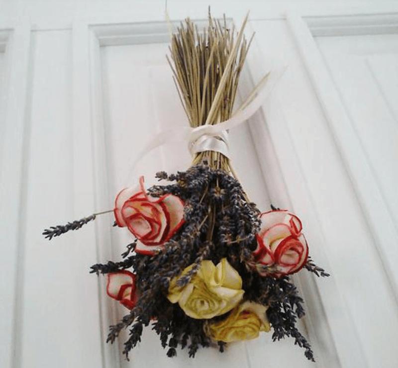 Декоративный букет из яблок и лаванды