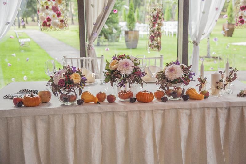 Осенняя свадьба, украшение столов тыкввами