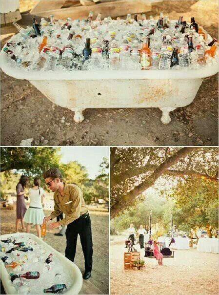 Подача напитков на вечеринке в ванной